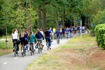 Jugendliche Teenager Gruppe auf Fahrradtour