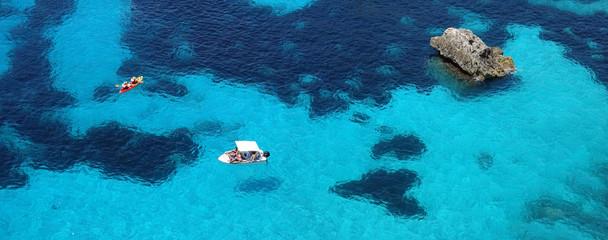 Papiers peints Bleu nuit Les eaux turquoises de la mer méditerranée