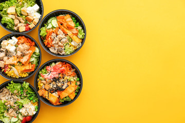In de dag Eten Many containers with delicious food on color background