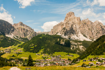 Dolomiten, Corvara, Dorf, Sellagruppe, Sellastock, Val Gardena, Grödnerjoch, Berge, Wanderweg, Südtirol, Sommer, Italien
