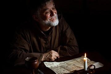 Mönch lacht schelmisch im Mittelalter