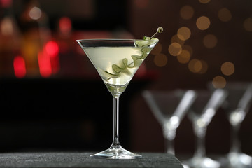 Spoed Foto op Canvas Alcohol Glass of tasty cucumber martini on bar counter