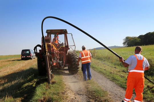 Arbeiter auf einer Baustelle für Breitbandausbau in Nordhessen und Deutschaland mit LWL-Kabelabdeckung