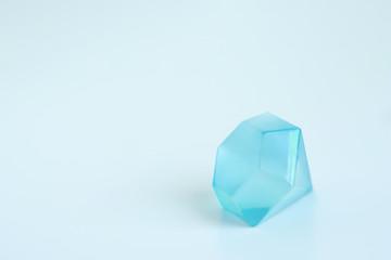 宝石・結婚イメージ素材:ブルーダイヤモンドがモチーフの透明プラスチック製アイスキューブ