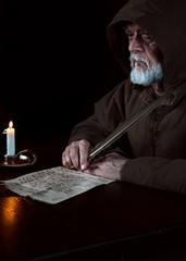 Mönch verfasst Botschaft im Mittelalter
