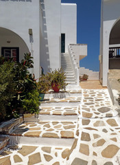 Fotobehang Oude gebouw Typical Greek paving and apartments, Agios Prokopios, Naxos, Greek Islands