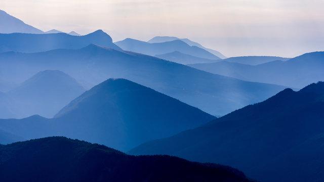 Matin bleu en montagne, Hautes Alpes, France