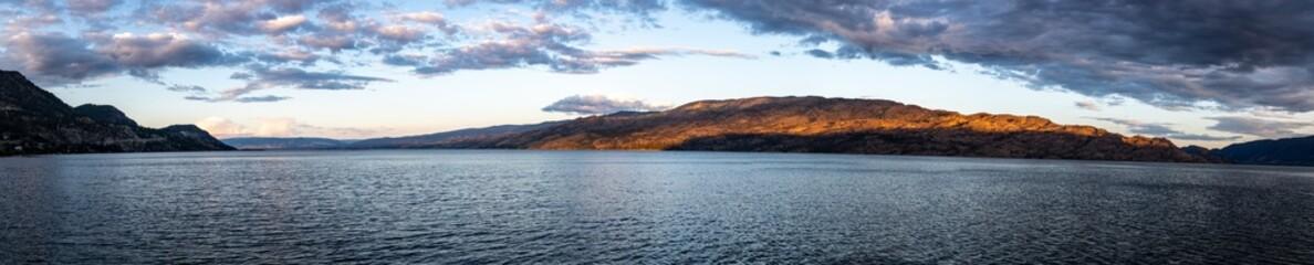 Panoramic View at sunset of Okanagan Lake in Peachland, British Columbia, Canada Fototapete