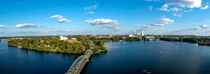 Skyline von Berlin mit Blick auf den Stadtteil Spandau und den Fernsehturm sowie die Zitadelle, den Teufelsberg, das Olympiastadion und eine Brücke auf eine Insel (Eiswerder)