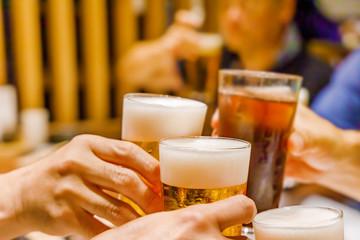 飲み会での乾杯シーン