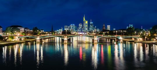 Ignatz-Bubis-Brücker mit Frankfurter Skyline bei Nacht