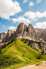Grödner Joch, Sellagruppe, Sellastock, Sellamassiv, Dolomiten, Passhöhe, Wanderweg, Bergwiesen, Südtirol, Trentino, Sommer, Italien