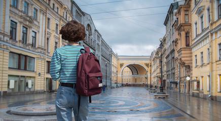 A woman walks around St. Petersburg Fototapete