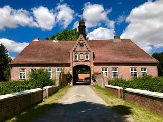 Torhaus auf Gut Brodau in Brodau (Gemeinde Schashagen, Schleswig-Holstein)