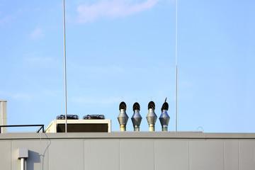 Wentylatory wycjągowe, klimatyzacja i odpowietrzniki na dachu fabryki, prace blacharskie. - fototapety na wymiar