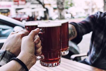 Brindis con 3 vasos de cerveza ambar. Schop, Schopp, Schoppen