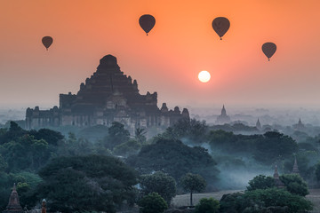 Spoed Fotobehang Oranje eclat Hot-air balloons over Bagan at sunrise, Myanmar