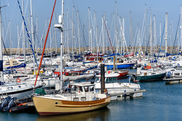 Overlooking the marina is Howth Yacht Club, which has in recent years been expanded and is now said to be the largest yacht club in Ireland.