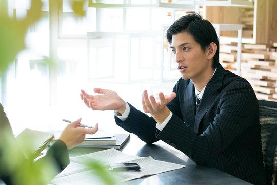 インタビューを受ける男性