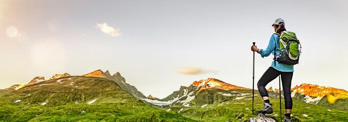Frau mit Rucksack beim Wandern in Jotunheimen