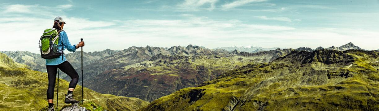 Frau mit Rucksack beim Wandern in den Schweizer Alpen