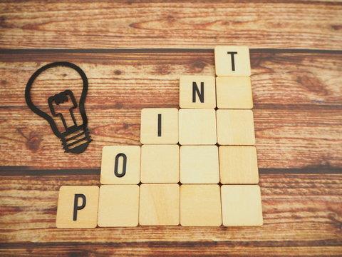 木製ブロックにポイントの単語と電球、ビンテージ風