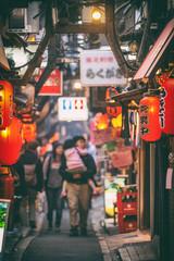 Photo sur Plexiglas Tokyo Tokyo, Japan - Local street food alley restaurants in Tokyo, Shinjuku district with red lanterns at night.