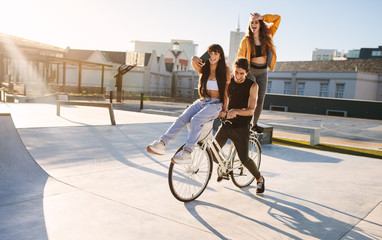 Friends taking funny selfie on bike Fototapete