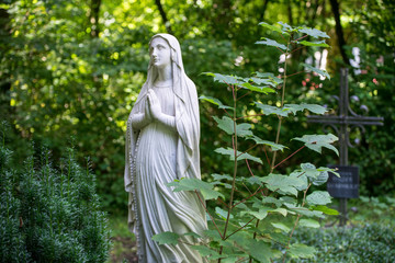 Friedhof - Statue beim Grab mit betenden Händen