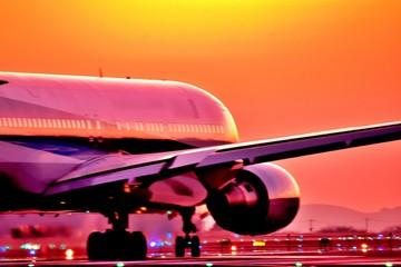 最高に美しい夕焼けの輝きを照らす飛行機 Good luck  An airplane that shines the glow of the most beautiful sunset