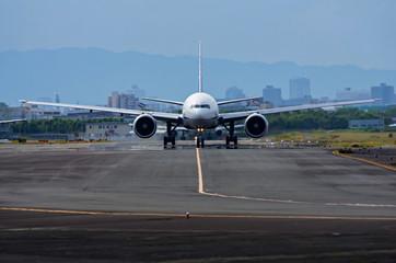 誘導路上のジェット旅客機