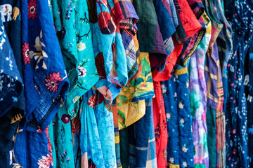 Foto op Canvas Paradijsvogel Colorful row of clothes on hangers