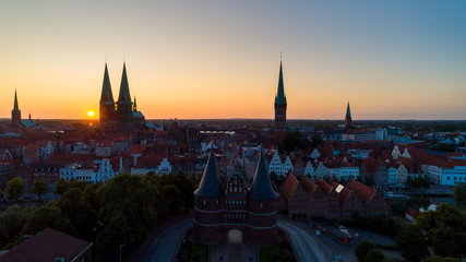 Sonnenaufgang hinter der Lübecker Altstadt