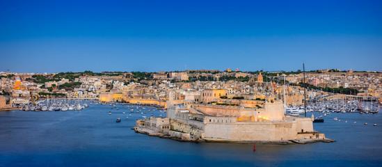 Fotomurales - Panoramic landscape view of  Valletta Grand Harbour at night, Valletta, Island of Malta.