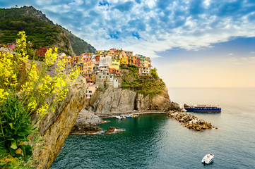 Fotobehang Liguria Manarola, Cinque Terre - romantic village with colorful houses on cliff over sea in Cinque Terre National Park
