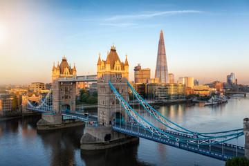 Photo sur Plexiglas Londres Goldener Sonnenaufgang über der Tower Brücke und Skyline von London, Großbritannien