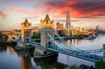 Blick auf die Tower Brücke, beliebte Touristen Attraktion in London bei Sonnenaufgang am Morgen, Großbritannien