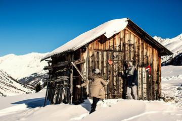 junges Paar in wunderschöner Landschaft feiert zusammen Weihnachten