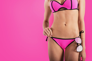 Photo sur Aluminium Rose Girl with black sunglasses in pink bikini
