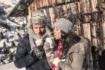 Junges verliebtes paar im Winter trinkt Glühwein auf dem Weihnachtsmarkt