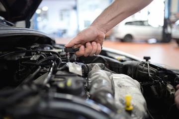 Closeup Werkzeug Reparatur Motor am Fahrzeug in einer Autowerkstatt durch professionellen Mechaniker // Closeup tool repair engine on vehicle in an auto repair shop by professional mechanic