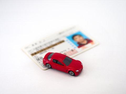 おもちゃの車と日本の運転免許証
