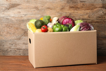 In de dag Keuken Fresh vegetables in cardboard box on wooden table