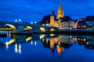 Panorama der Altstadt von Regensburg bei Nacht
