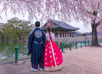 Foto op Textielframe Seoel Gyeongbokgung Palace with Korean national dress and cherry blossom in spring,Seoul,South Korea.