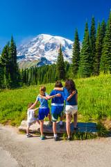 Fototapete - Four sibling children interlocking arms looking off at Mt. Rainier.