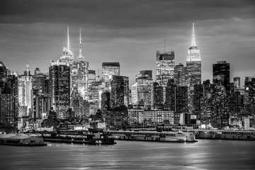 Fototapete - West New York City midtown Manhattan skyline panorama view from Boulevard East Old Glory Park over Hudson River at night. Black and white image.