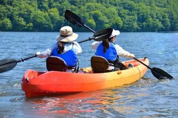 夏の湖畔・カヌーを楽しむファミリー