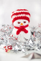 Schneemann gestrickt mit Schal und Mütze