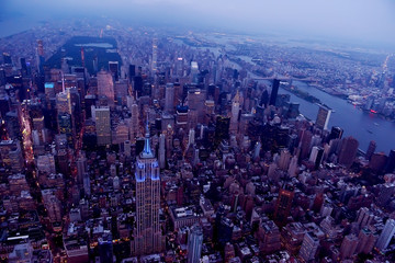 Etiqueta Engomada - Aerial view of New York city. Dark photo in the evening.